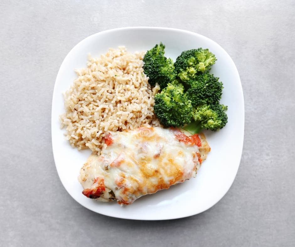 Low FODMAP Salsa Chicken Fresca on Plate with Vegetables - 940 x 788